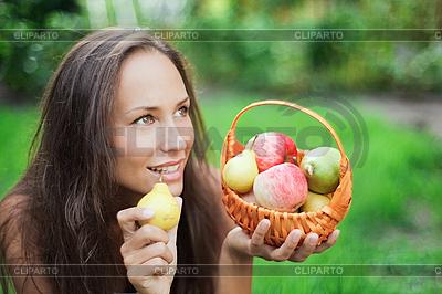 Piękny na zewnątrz Dziewczyna z jabłek i gruszek w żłobie | Foto stockowe wysokiej rozdzielczości |ID 3016784