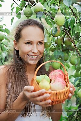 Piękna dziewczyna w ogrodzie z jabłek i gruszek | Foto stockowe wysokiej rozdzielczości |ID 3016789