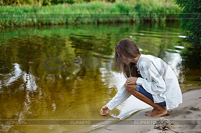 Piękna młoda kobieta, zamek z piasku budynek | Foto stockowe wysokiej rozdzielczości |ID 3016803