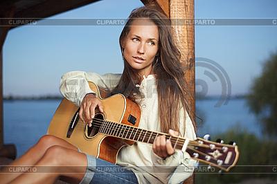 젊은 여자는 기타 연주 | 높은 해상도 사진 |ID 3016809