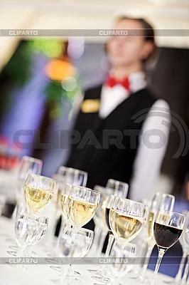 Set von Weingläsern mit Kellner | Foto mit hoher Auflösung |ID 3016813