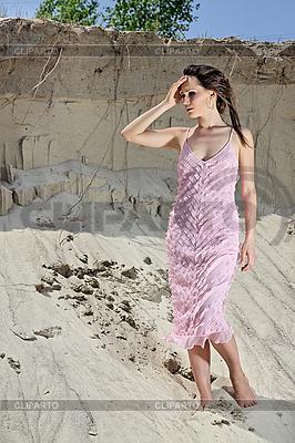 Красивая молодая женщина стоит босиком в песчаном карьере | Фото большого размера |ID 3016847