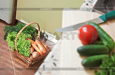 Picknick-Korb mit Gemüse in Küche | Foto mit hoher Auflösung |ID 3016941