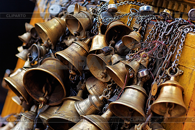 Metali ofiarny dzwony wiszące na łańcuchu, Katmandu | Foto stockowe wysokiej rozdzielczości |ID 3016981