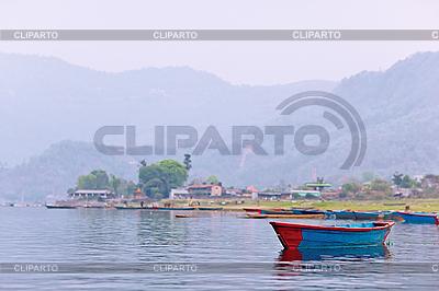 Ein blaues Boot auf Phewa See | Foto mit hoher Auflösung |ID 3017025