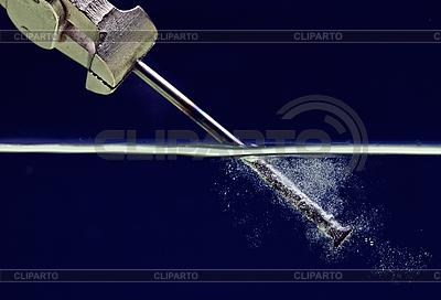 Stahlnagel im blauem Wasser   Foto mit hoher Auflösung  ID 3017055