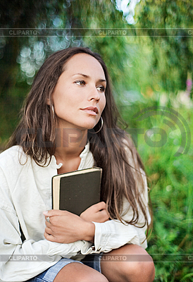 Przemyślany Młoda dama z książką | Foto stockowe wysokiej rozdzielczości |ID 3017245