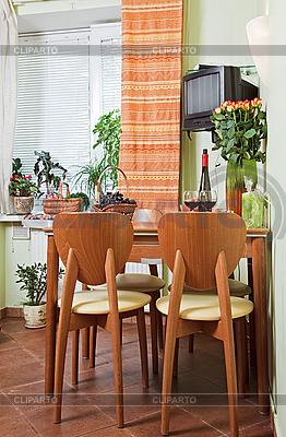 주방 테이블과 과일 바구니와 의자 | 높은 해상도 사진 |ID 3017257