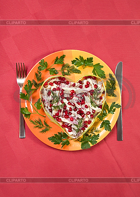 Dni sałatka Walentynki z języka wołowiny na czerwonym obrus | Foto stockowe wysokiej rozdzielczości |ID 3024473
