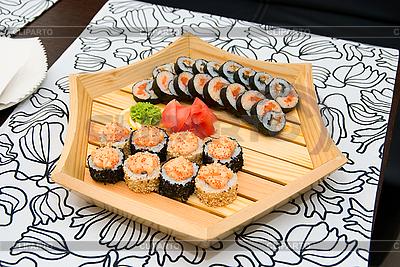 Sushi na płycie drewna | Foto stockowe wysokiej rozdzielczości |ID 3029499
