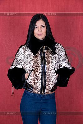 Dziewczyna w kurtce leopard | Foto stockowe wysokiej rozdzielczości |ID 3034923