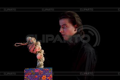 Erstaunter Vampir hält Geschenkbox mit Knoblauch | Foto mit hoher Auflösung |ID 3022241