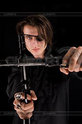Пират с перевязанным глазом держит оружие | Фото большого размера |ID 3022252