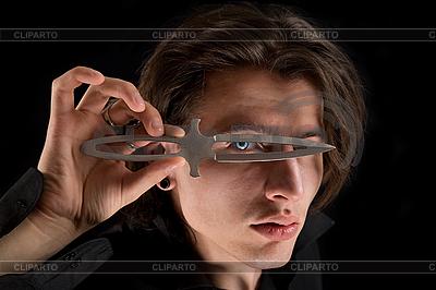 Вампир смотрит сквозь нож | Фото большого размера |ID 3022255