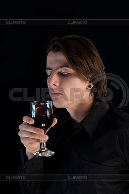 와인 또는 혈액의 유리와 잘 생긴 뱀파이어 | 높은 해상도 사진 |ID 3022259