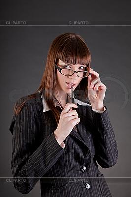 Nachdenkliche Business-Frau mit Brille | Foto mit hoher Auflösung |ID 3022378