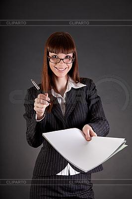 Wesoła businesswoman z dokumentami i pióro | Foto stockowe wysokiej rozdzielczości |ID 3022379