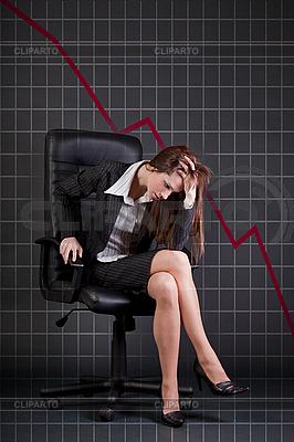 Depressive Unternehmerin sitzt im Bürosessel | Foto mit hoher Auflösung |ID 3022380