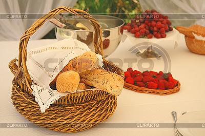 Стол с корзинкой хлеба и бутылками вина | Фото большого размера |ID 3023208