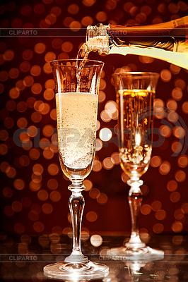Champagne wlewanie do elegancki szkła | Foto stockowe wysokiej rozdzielczości |ID 3023455