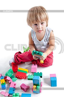 Kleiner Junge spielt mit bunten Würfeln | Foto mit hoher Auflösung |ID 3102866
