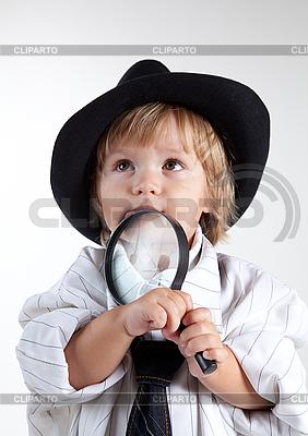 Junger Detektiv mit Lupe | Foto mit hoher Auflösung |ID 3102882