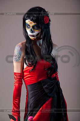 Dziewczyna czaszki cukru w u200bu200bczerwonym stroju wieczorowym | Foto stockowe wysokiej rozdzielczości |ID 3113109