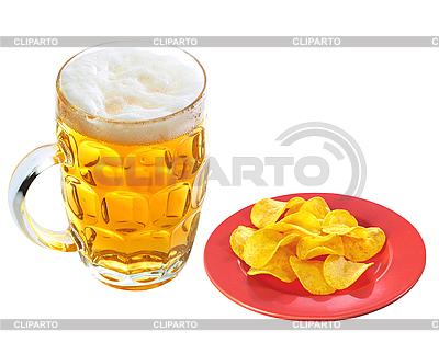 Chipsy na talerzu i kubek piwa | Foto stockowe wysokiej rozdzielczości |ID 3019840
