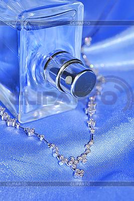 优雅的饰品连锁与brilliants和香水 | 高分辨率照片 |ID 3019856