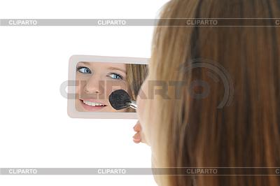 Frau mit einem Pulver und Pinsel im Auto | Foto mit hoher Auflösung |ID 3021868