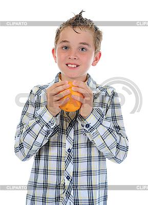 Kleiner Junge hält frische Orange | Foto mit hoher Auflösung |ID 3021973