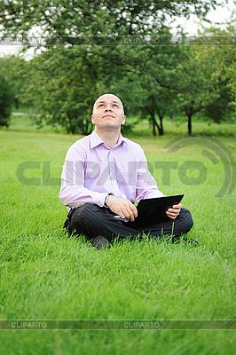 Geschäftsmann mit Notebook | Foto mit hoher Auflösung |ID 3022053
