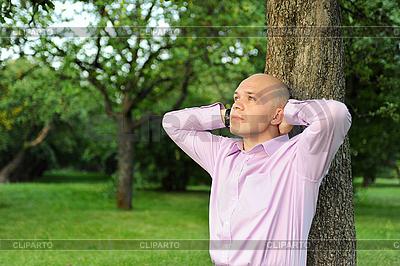 Człowieka w pobliżu drzewa w parku | Foto stockowe wysokiej rozdzielczości |ID 3022058