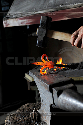 Making decorative pattern on the anvil | Foto stockowe wysokiej rozdzielczości |ID 3022102