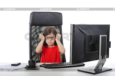 Kleine Mädchen mit Brille und Tisch mit Computer | Foto mit hoher Auflösung |ID 3022127