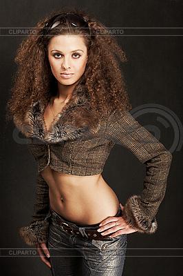 긴 곱슬 머리를 가진 아름 다운 섹시 한 여자 | 높은 해상도 사진 |ID 3023069