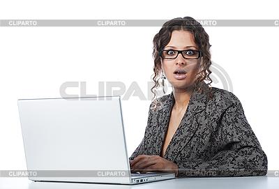 Schöne Geschäftsfrau liest schlechte Nachricht | Foto mit hoher Auflösung |ID 3023073