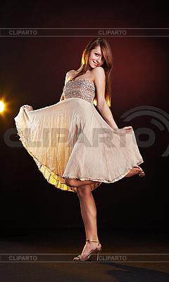 Piękna młoda kobieta taniec | Foto stockowe wysokiej rozdzielczości |ID 3023090