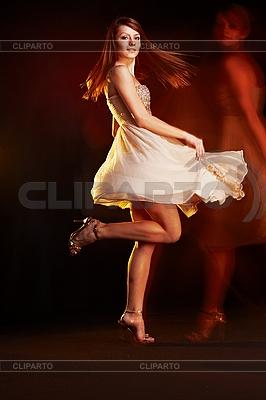 Schöne junge tanzende Frau | Foto mit hoher Auflösung |ID 3023097