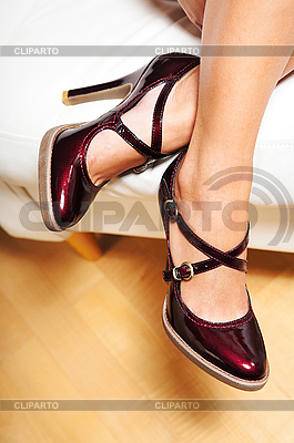Kobieta `s nogi w czerwonej skóry wysoki obcas buta | Foto stockowe wysokiej rozdzielczości |ID 3023133