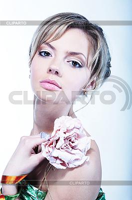 Schöne junge Frau mit Blume | Foto mit hoher Auflösung |ID 3023161