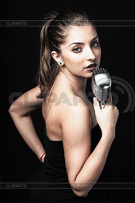Kobieta gospodarstwa retro mikrofon | Foto stockowe wysokiej rozdzielczości |ID 3023925