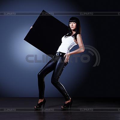 빈 블랙 보드를 들고 세련 된 젊은 아가씨 | 높은 해상도 사진 |ID 3024285