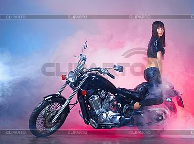 복고풍 오토바이에서 아름 다운 소녀 | 높은 해상도 사진 |ID 3024305
