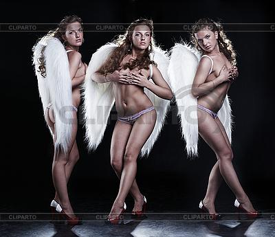 Trzy piękne anioły na czarno | Foto stockowe wysokiej rozdzielczości |ID 3032440