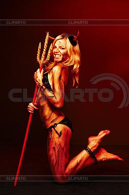 Красивая дьяволица с трезубцем | Фото большого размера |ID 3032446