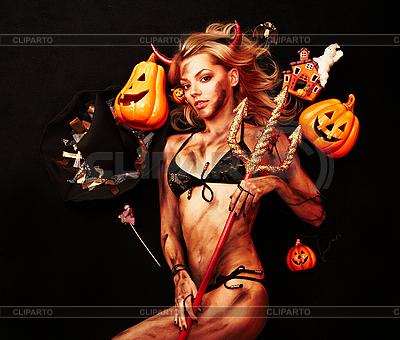 Schöne Teufelin mit Dreizack und Halloween-Kürbisse | Foto mit hoher Auflösung |ID 3032449