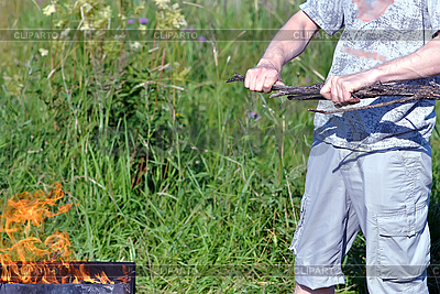 Mann bricht ein Zweig für Lagerfeuer | Foto mit hoher Auflösung |ID 3028725