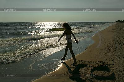 해변에서 십 대 소녀의 실루엣 | 높은 해상도 사진 |ID 3063622