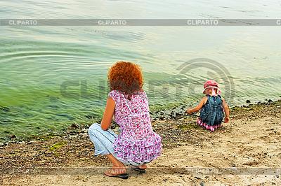 Mutter und Tochter auf dem Ufer | Foto mit hoher Auflösung |ID 3068880